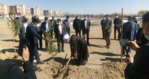 کاشت نهال توسط امام جمعه شهرستان گلپایگان در روز درختکاری